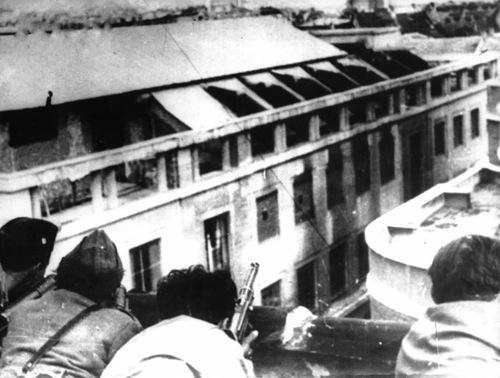 Nella foto: GAP ed operai Lancia sparano dal tetto di Via Monginevro