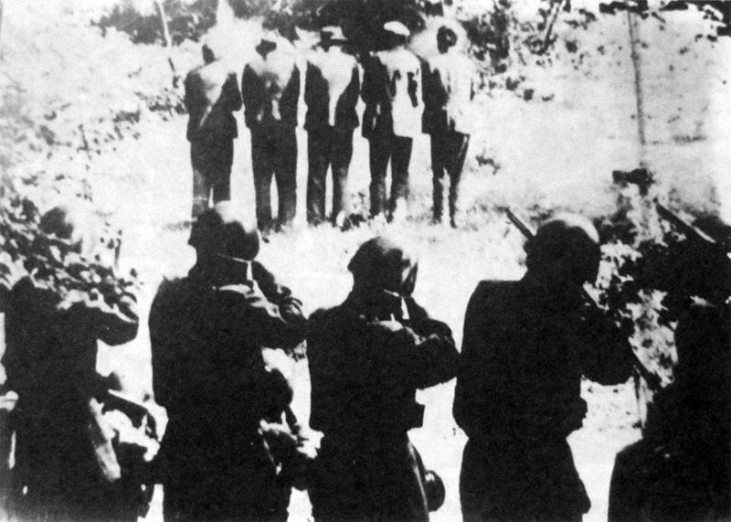 31/07/1942 LOSKA DOLINA (KRIZNA GORA)  TRUPPE ITALIANE FUCILANO CINQUE OSTAGGI NEL PAESE DI DANE.  Foto di di Ermino Delfabro, partigiano e fotografo di Gradisca d'Isonzo.